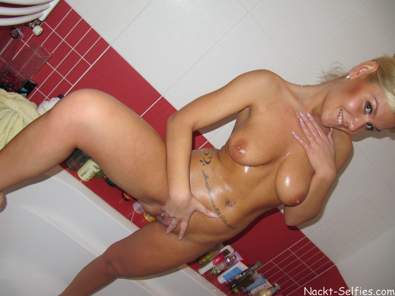 Emily Nackt-Selfshots blank rasierte Muschi