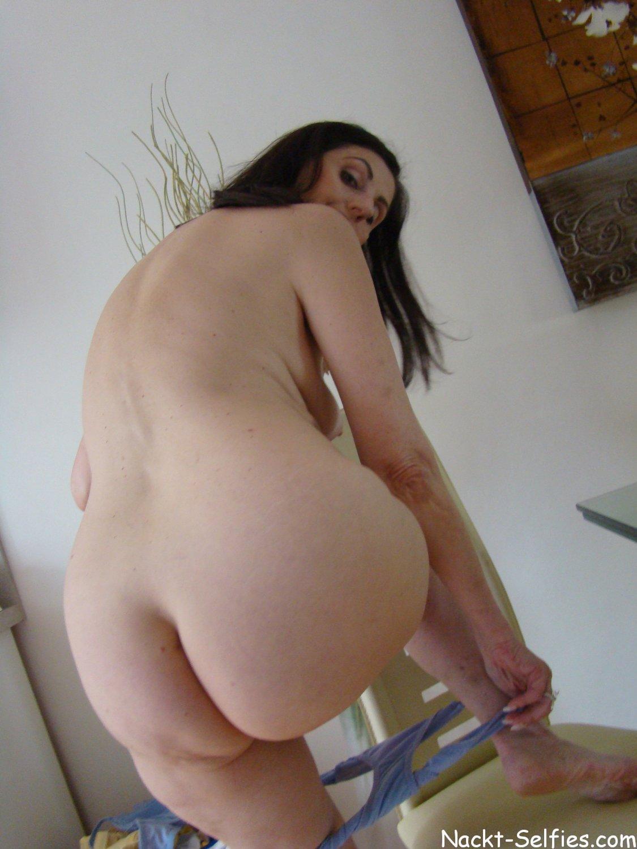 privates Nacktfoto 01 von geiler Oma Brigitte (56)