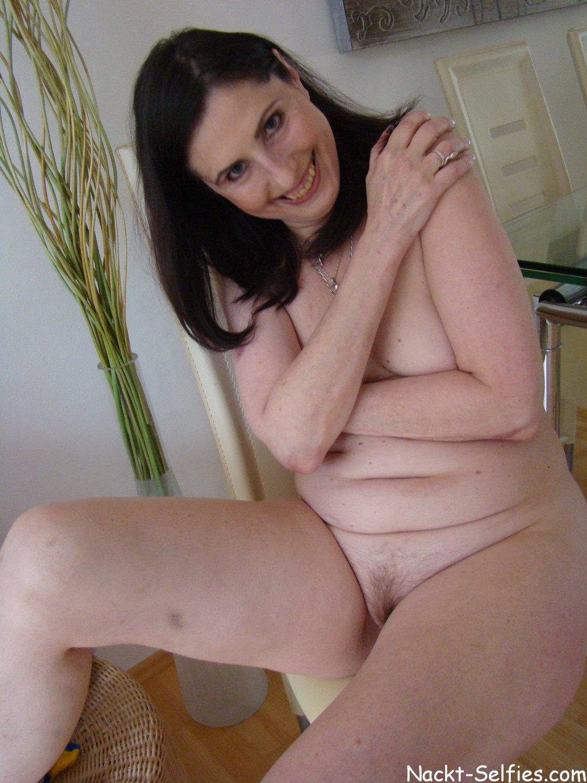 privates Nacktfoto 02 von geiler Oma Brigitte (56)
