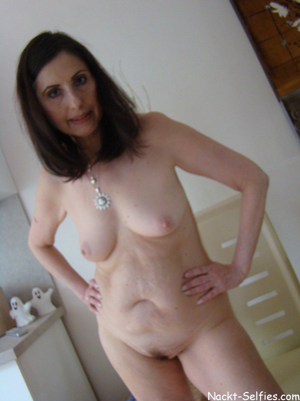 privates Nacktfoto 05 von geiler Oma Brigitte (56)