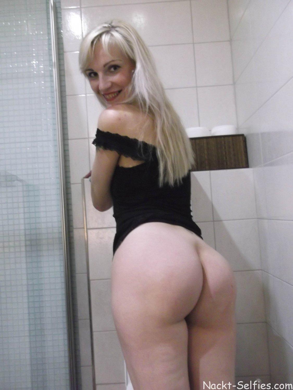 Nackt Selfie Milf Romy Toilette 01