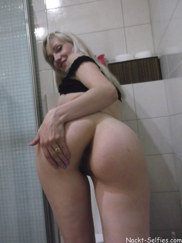 Nackt Selfie Milf Romy Toilette 02