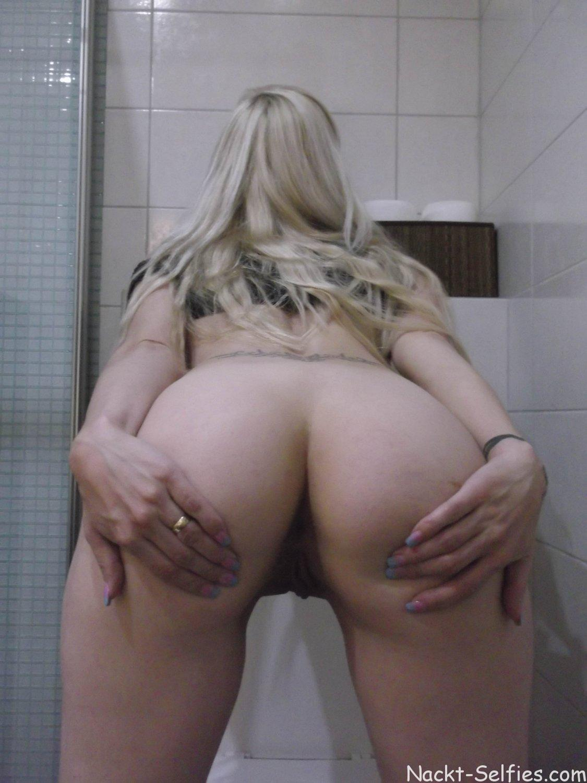 Nackt Selfie Milf Romy Toilette 04