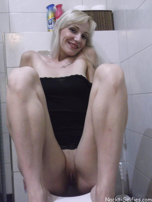 Nackt Selfie Milf Romy Toilette 05