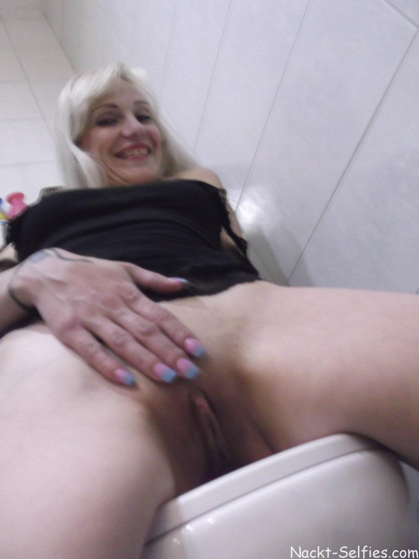 Nackt Selfie Milf Romy Toilette 07