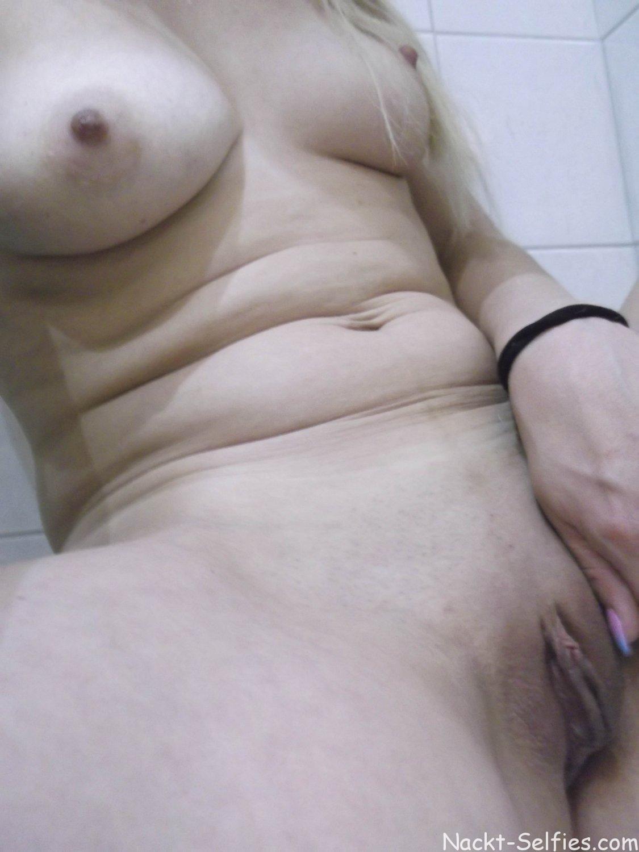 Nackt Selfie Milf Romy Toilette 09