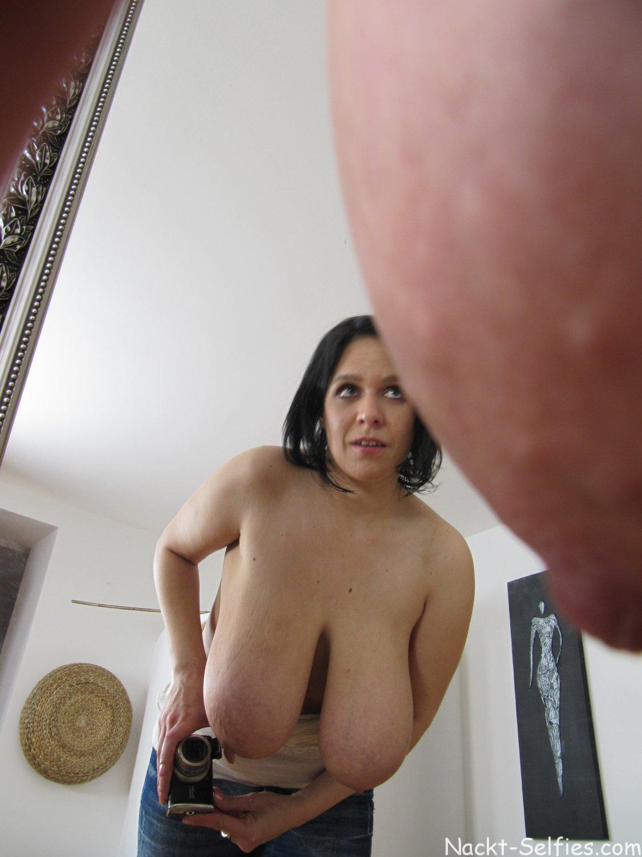 Nackt Selfie riesige Hängetitten 05