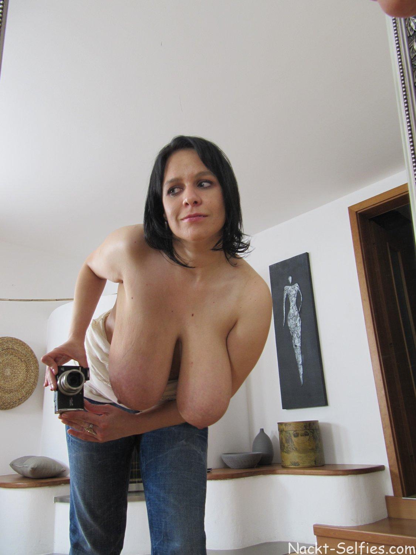 Nackt Selfie riesige Hängetitten 06