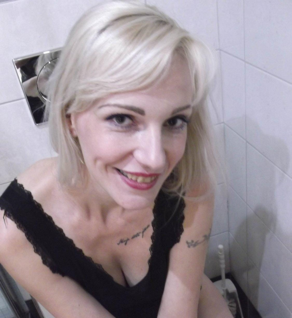 Nackt Selfies geile Milf Romy Toilette