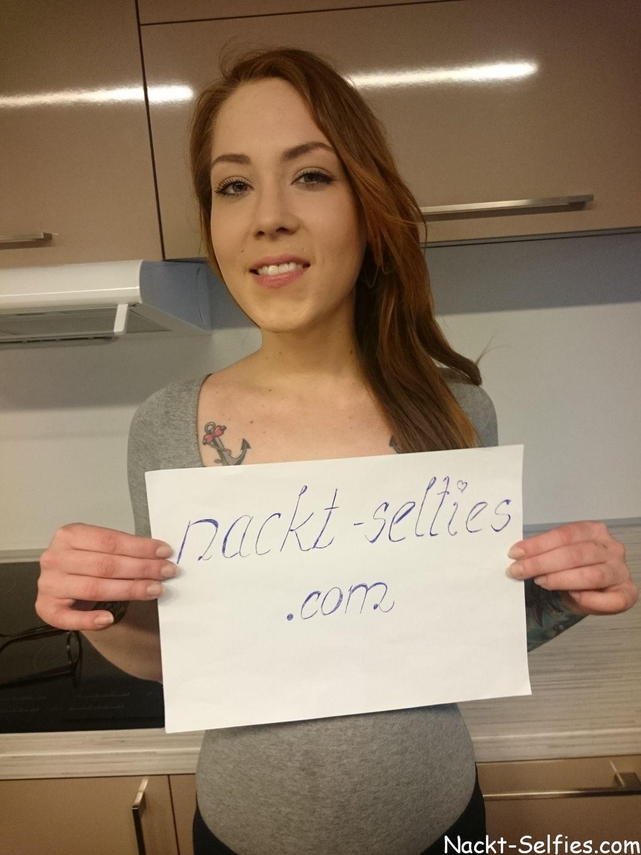 nackt-selfies.com tätowierte Sanie