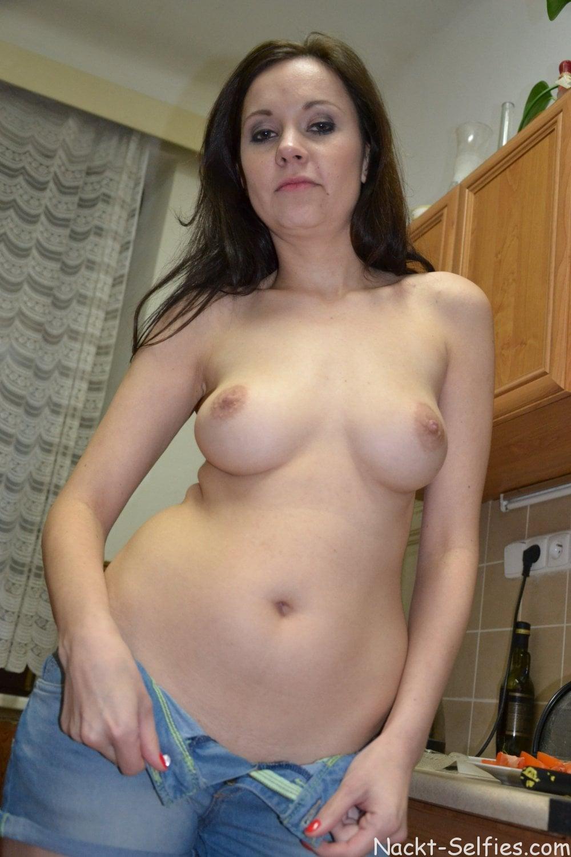 Nackte Hausfrau Andrea privat Foto 01