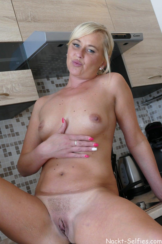 Nackte Hausfrau Mara Foto in der Küche 06