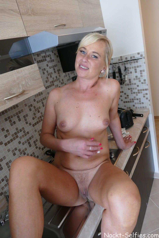 Nackte Hausfrau Mara Foto in der Küche 07