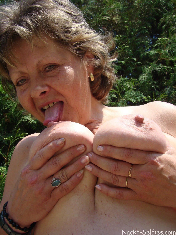 Oma Nacktbild reife Fotze Doris 01