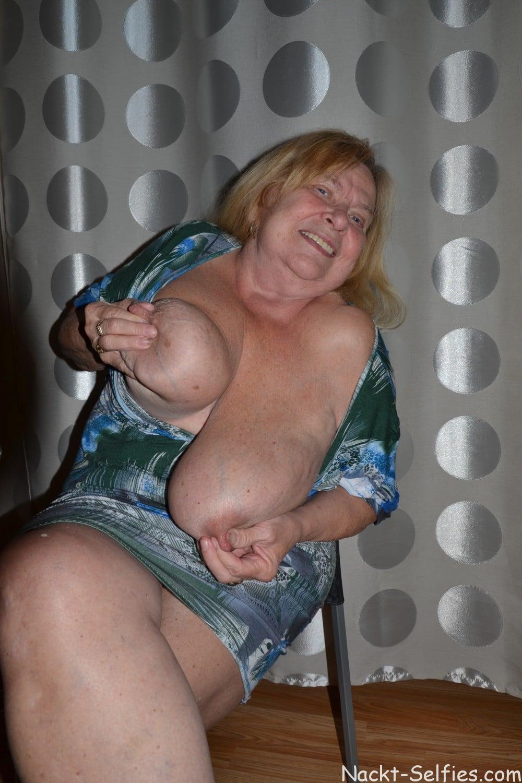 Oma Nacktfoto Elke mit Hängetitten 01