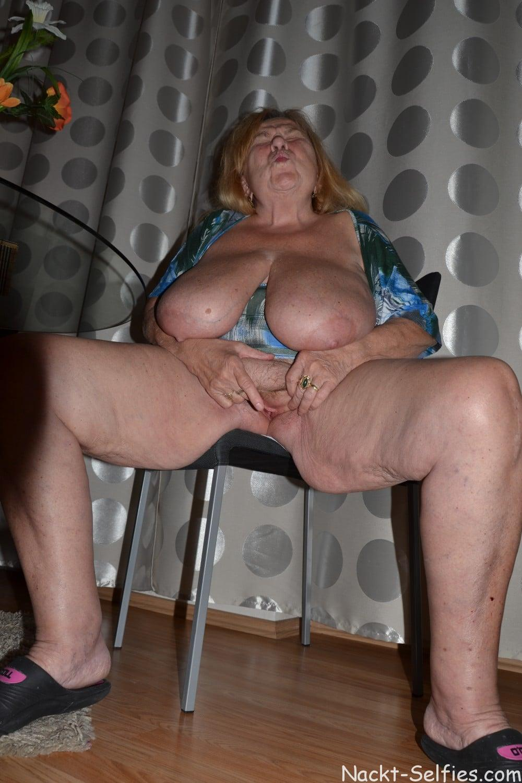 Oma Nacktfoto Elke mit Hängetitten 010