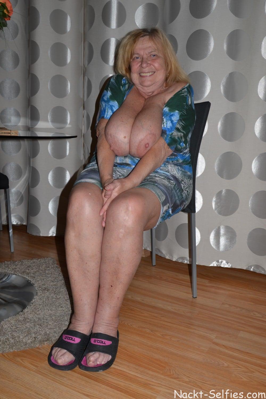 Oma Nacktfoto Elke mit Hängetitten 02