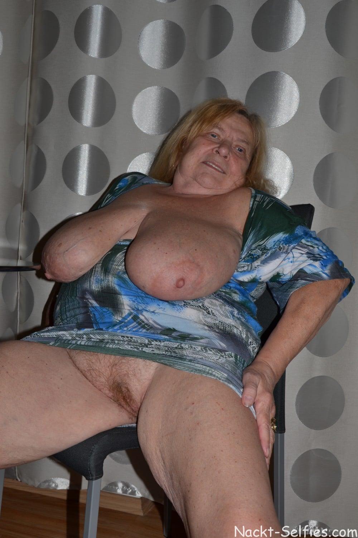 Oma Nacktfoto Elke mit Hängetitten 03