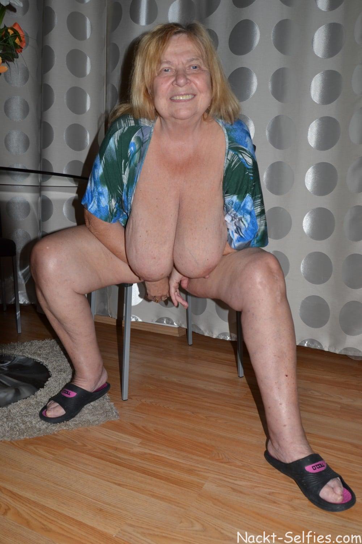 Oma Nacktfoto Elke mit Hängetitten 05