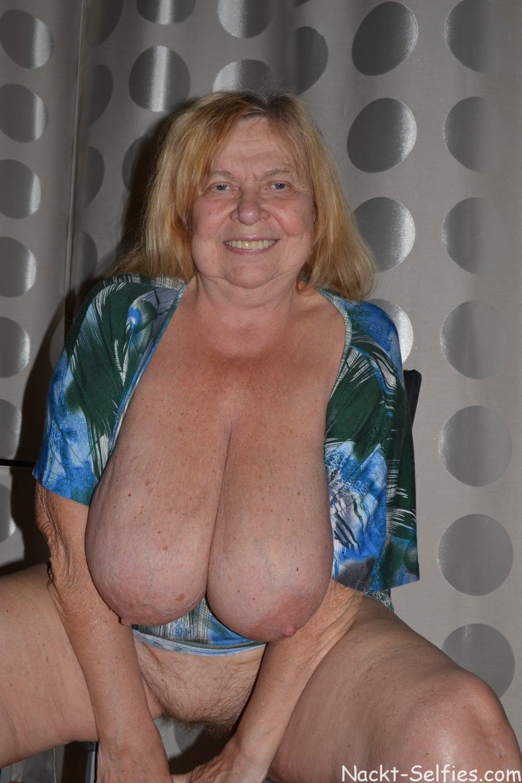 Oma Nacktfoto Elke mit Hängetitten 06