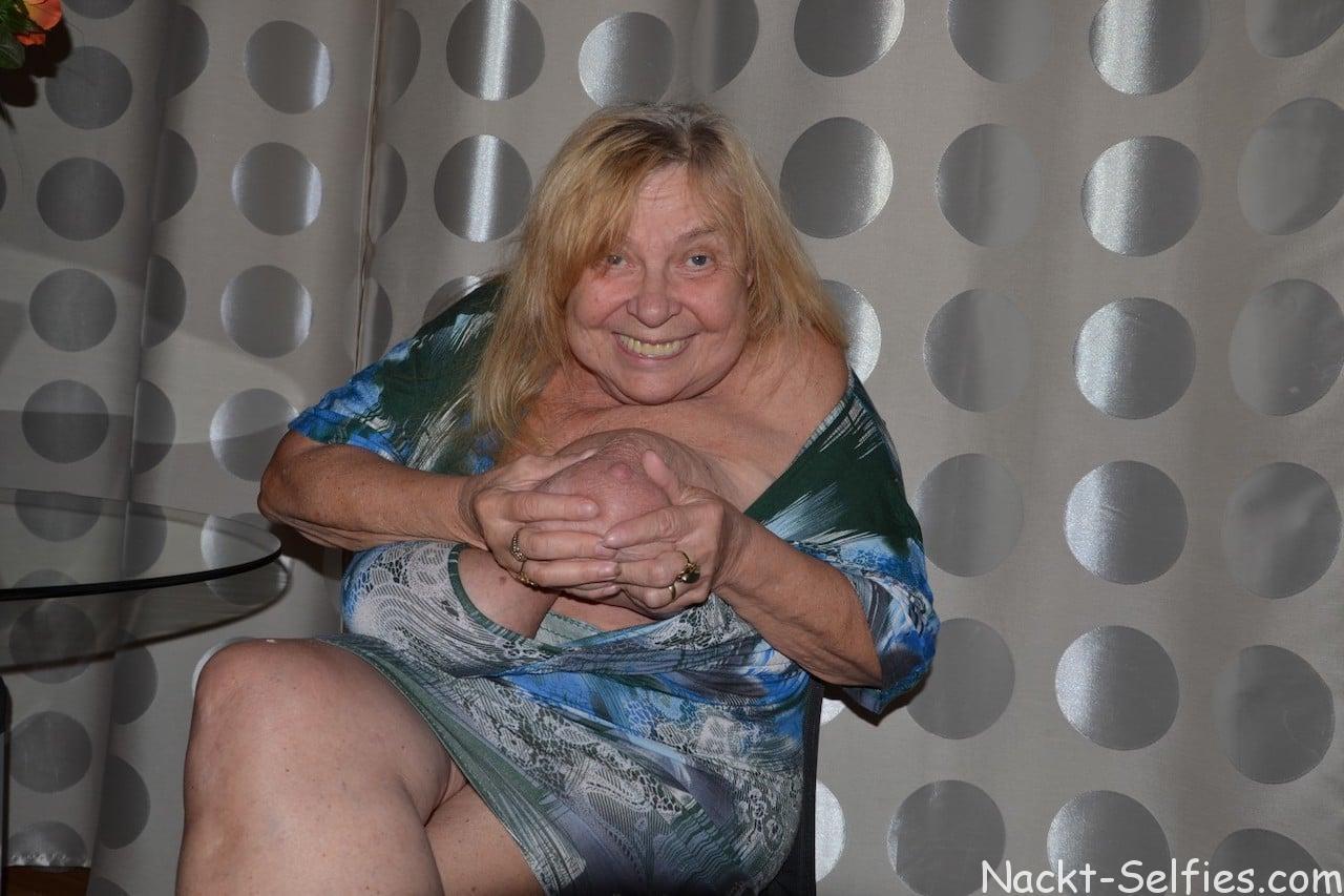 Oma Nacktfotos Elke mit Hängetitten