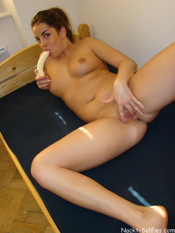 Sexbild mit Banane Teen Marina 010