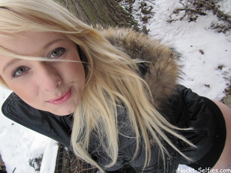 Sexy Blondchen nackt im Winter